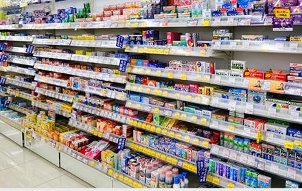 ドラッグストアに並ぶ医薬品